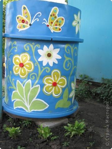 Очень мне понравились расписные садовые бочки, у нас тоже есть бочка, в выходные решила ее преукрасить. фото 1