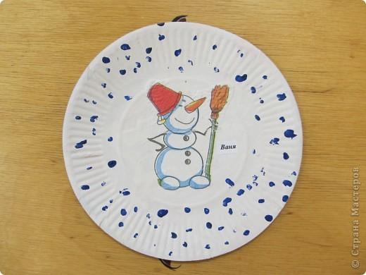 Веселый снеговик, выполненный детьми трехлетнего возраста в канун Нового года. Точки на тарелке- отпечатки ватной палоски, смоченной в гуаши, снеговик- салфетка.
