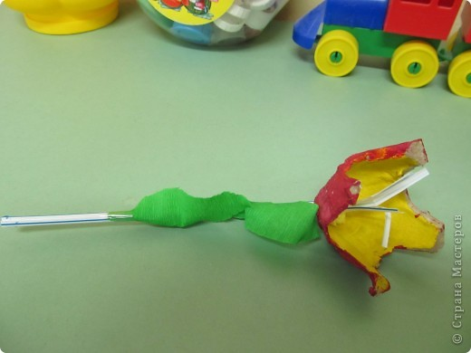 Подарок мамам на 8 марта от трех-четырехлетних  малышей(кажется, что у кого-то на сайте давно видела такие цветы, а вот у кого- не помню, приношу извинения за не указание автора) фото 2
