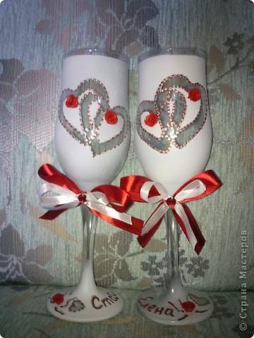 подружка захотела на свадьбе красное платье, вот и я решила сделать ей подарок предсвадебный сделать бокалы и шкатулочку (по МК Олеся Ф.) соответствующие платью. вот показываю на ваш суд своё творенье.  скоро буду свечами для домашнего очага заниматься, в соответствующей тематики, скоро выложу весь комплектик фото 1