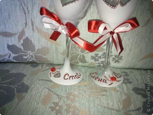 подружка захотела на свадьбе красное платье, вот и я решила сделать ей подарок предсвадебный сделать бокалы и шкатулочку (по МК Олеся Ф.) соответствующие платью. вот показываю на ваш суд своё творенье.  скоро буду свечами для домашнего очага заниматься, в соответствующей тематики, скоро выложу весь комплектик фото 2