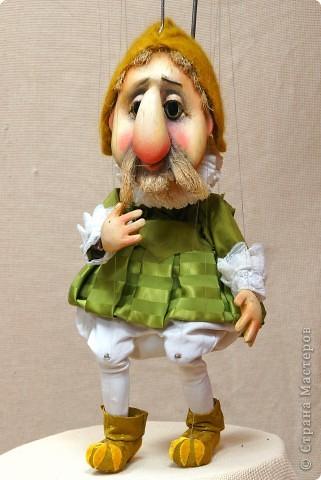 """На 3-м курсе задание усложняется : Штоковая марионетка , рабочая кукла в историческом костюме . Кто не знает : """" штоковая"""" марионетка отличается от классической тем, что вместо  """" несущих """" нитей у неё- """" шток"""" ( пруток из калёной стали) , который крепится в голове куклы, или ( как в этом случае ) в пояснице . Такой куклой управлять проще , чем классической марионеткой на нитях и, прежде чем приступить к """" таинству """" изготовления резной деревянной Классической Марионетки, студенты должны хорошо освоить эту систему кукол ."""