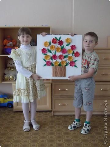Для оформления зала на выпускной бал мы решили сделать картины собственного изготовления и подарить их детскому саду...В этой корзине 19 цветочов, которые делали наши выпускники.  фото 2
