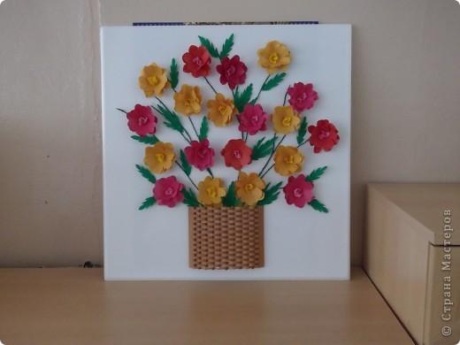 Для оформления зала на выпускной бал мы решили сделать картины собственного изготовления и подарить их детскому саду...В этой корзине 19 цветочов, которые делали наши выпускники.  фото 1