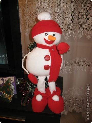 Это мои Новогодние подарки. Конечно работа не по сезону, но сани надо готовить летом. Вдруг кому пригодится. Насмотрелась на игрушки наших мастериц и решила к Новому году снеговика сшить. Это моя первая сшитая игрушка. Хотела еще и елочку сшить, но не успела. Подарила без нее. фото 1