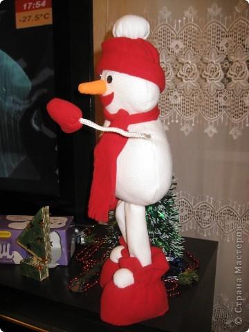 Это мои Новогодние подарки. Конечно работа не по сезону, но сани надо готовить летом. Вдруг кому пригодится. Насмотрелась на игрушки наших мастериц и решила к Новому году снеговика сшить. Это моя первая сшитая игрушка. Хотела еще и елочку сшить, но не успела. Подарила без нее. фото 2