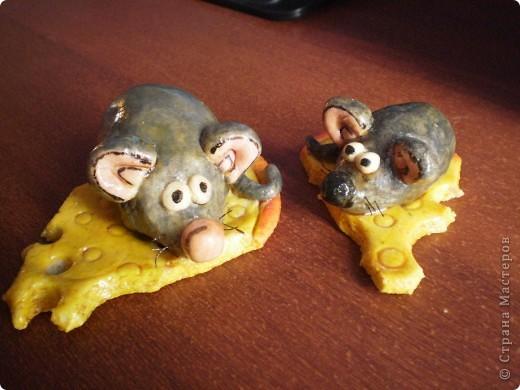 Лепила мышат, мне понравилось, очень легко и просто. Вот только одна мышка немного толстовата, муж сказал, что она сыра объелась.