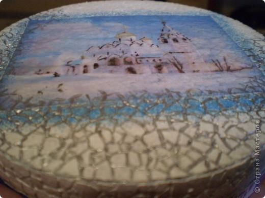 Коробочка от плавленого сыра, распечатка на салфетке, немного подрисовки акрилом, несколько слоев акрилового лака (он и отблескивает).  Подарена подружке дочери. фото 4