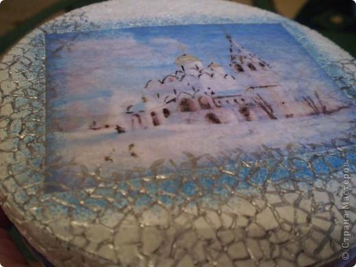 Коробочка от плавленого сыра, распечатка на салфетке, немного подрисовки акрилом, несколько слоев акрилового лака (он и отблескивает).  Подарена подружке дочери. фото 5