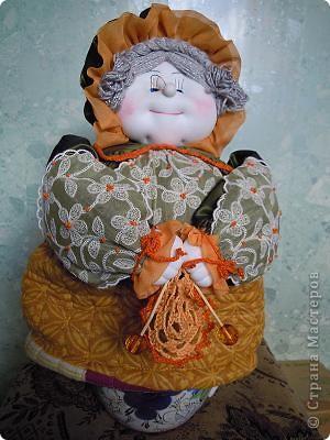 Баба на чайнике. Сшита из ткани с отделкой из вязания крючком и тесьмой.Лицо выполнено по МК Ликма. фото 2