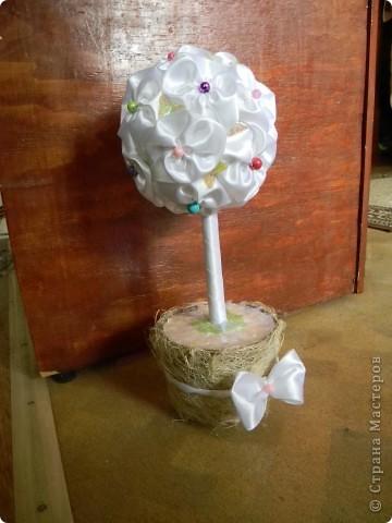 Дерево из белых атласных лент с бусинками