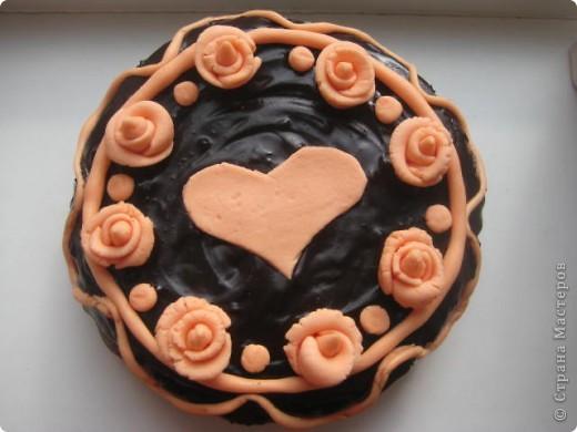 недавно у нас с мужем была годовщина свадьбы. решила испечь свой любимый шоколадный торт с лимонной начинкой. очень захотелось немножко придать торту торжественности. вот ,что получилось. не судите строго. делала впервые и переборщила с сахарной пудрой (из мармелшоу) фото 1