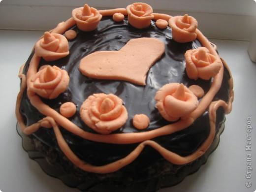 недавно у нас с мужем была годовщина свадьбы. решила испечь свой любимый шоколадный торт с лимонной начинкой. очень захотелось немножко придать торту торжественности. вот ,что получилось. не судите строго. делала впервые и переборщила с сахарной пудрой (из мармелшоу) фото 2