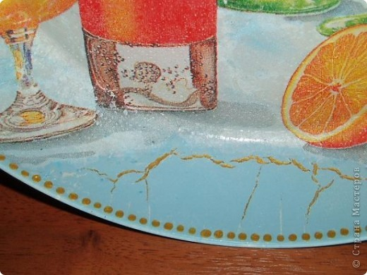 Обратный декупаж, салфетка, подрисовка акриловыми красками. После подрисовки на обратную сторону тарелочки по совету мастериц решила нанести шпатлевку. Да перестаралась, нанесла слишком толстый слой. При высыхании пошли трещины, которые потянули за собой голубую краску. Пришлось маскировать трещины золотой краской. Получился кракелюр! фото 2