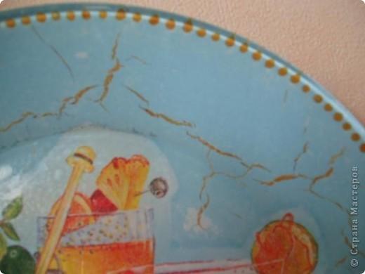 Обратный декупаж, салфетка, подрисовка акриловыми красками. После подрисовки на обратную сторону тарелочки по совету мастериц решила нанести шпатлевку. Да перестаралась, нанесла слишком толстый слой. При высыхании пошли трещины, которые потянули за собой голубую краску. Пришлось маскировать трещины золотой краской. Получился кракелюр! фото 3