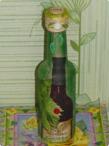 """Долго не решалась на создание такой бутылочки. Но сегодня ходила в магазин и прикупила очень понравившуюся салфетку и решила, всё, я созрела, пора делать. Думаю, если наделать ещё несколько таких бутылочек для разных жидкостей, они будут очень стильно смотреться на полке в холодильнике. В этой уже """"живет"""" винный уксус.  фото 1"""