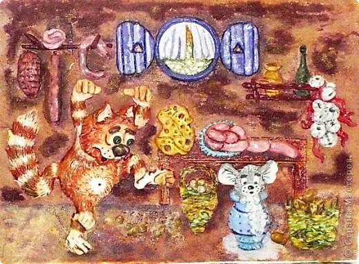 моя третья работа!котик,мышка в кувшине,окошко,колбаса и сосиски,сыр и полочки сделаны с соленого теста.корзинки с ниток,их содержимое это фасоль и чечевица.на стенах местами манка,в последствии окрашена.она дала интересный рельеф. фото 1