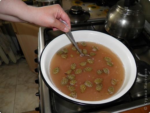 Спешу поделиться с  Вами рецептом одной вкуснятины: варенье из сосновых шишек. Делаем с мамой его уже второй год. Вкуснооооооооо! Цвет у «соснового варенья» розовато-коричневый, а на вкус оно медово-смолистое. Мало того, что варенье красивое и вкусное, как оказалось, оно ещё и невероятно полезное!  фото 6