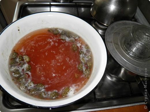Спешу поделиться с  Вами рецептом одной вкуснятины: варенье из сосновых шишек. Делаем с мамой его уже второй год. Вкуснооооооооо! Цвет у «соснового варенья» розовато-коричневый, а на вкус оно медово-смолистое. Мало того, что варенье красивое и вкусное, как оказалось, оно ещё и невероятно полезное!  фото 7