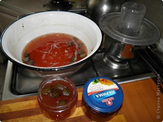Спешу поделиться с  Вами рецептом одной вкуснятины: варенье из сосновых шишек. Делаем с мамой его уже второй год. Вкуснооооооооо! Цвет у «соснового варенья» розовато-коричневый, а на вкус оно медово-смолистое. Мало того, что варенье красивое и вкусное, как оказалось, оно ещё и невероятно полезное!  фото 8