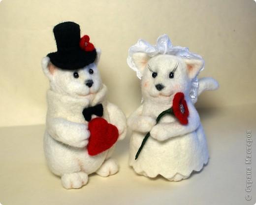 Эти котята делались на заказ. Почему-то захотели простеньких примитивных котиков, именно белых, именно с черными носами.. Мне они белых мишек напоминают))). Юбочка у невесты сваляна по-мокрому. Рост фигурок - по 10 см. фото 1
