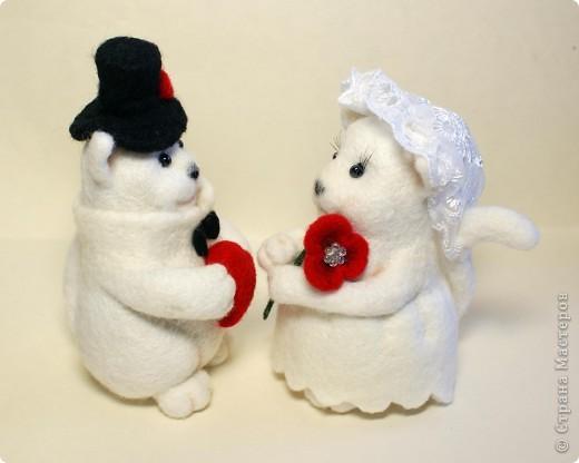 Эти котята делались на заказ. Почему-то захотели простеньких примитивных котиков, именно белых, именно с черными носами.. Мне они белых мишек напоминают))). Юбочка у невесты сваляна по-мокрому. Рост фигурок - по 10 см. фото 2