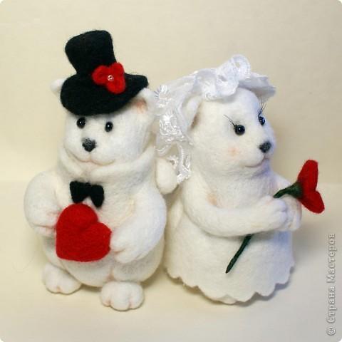 Эти котята делались на заказ. Почему-то захотели простеньких примитивных котиков, именно белых, именно с черными носами.. Мне они белых мишек напоминают))). Юбочка у невесты сваляна по-мокрому. Рост фигурок - по 10 см. фото 3