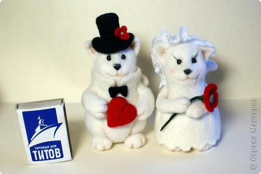 Эти котята делались на заказ. Почему-то захотели простеньких примитивных котиков, именно белых, именно с черными носами.. Мне они белых мишек напоминают))). Юбочка у невесты сваляна по-мокрому. Рост фигурок - по 10 см. фото 4