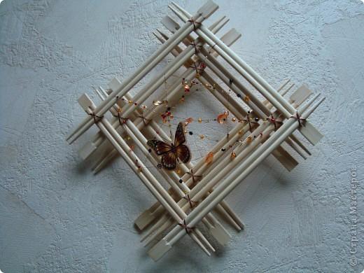 У нас на работе скопилось большое количество палочек для японской еды, т.к. большинство ест суши вилками.  Вот и пришла идея сделать рамку. Палочки скрепляла клеем ПВА, а потом для декора обвязывала шпагатом. Важно было подобрать палочки одинаковой длины и по тону древесины фото 3
