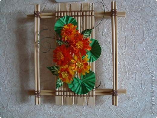 У нас на работе скопилось большое количество палочек для японской еды, т.к. большинство ест суши вилками.  Вот и пришла идея сделать рамку. Палочки скрепляла клеем ПВА, а потом для декора обвязывала шпагатом. Важно было подобрать палочки одинаковой длины и по тону древесины фото 2