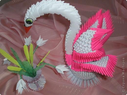 Лебедь с цветами.