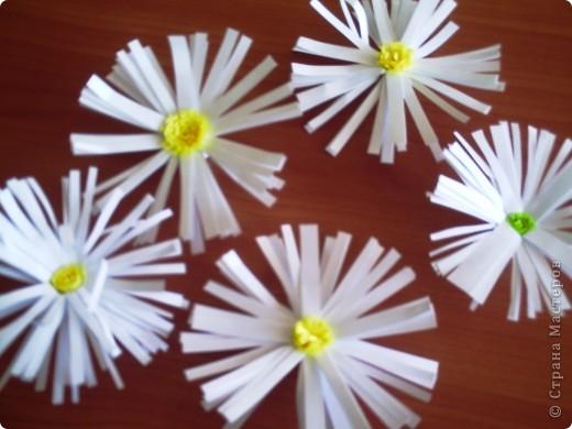 Делали  цветочки в классе с первоклассниками. И вдруг захотелось сделать именно ромашку. Каждый по одной, вот и букетик!!!!! фото 2
