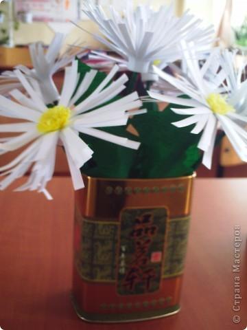 Делали  цветочки в классе с первоклассниками. И вдруг захотелось сделать именно ромашку. Каждый по одной, вот и букетик!!!!! фото 3