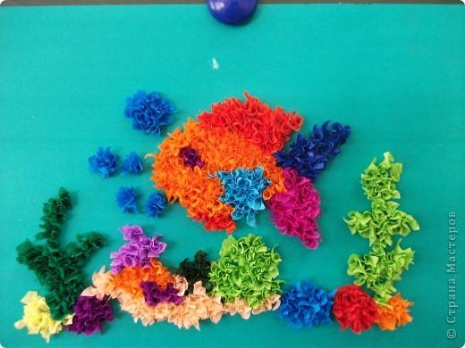 Для работы вырезали изображение рыбки, наклеили на картон, нарисовали водоросли, камни и торцевали. С таким заданием легко справились второклассники.
