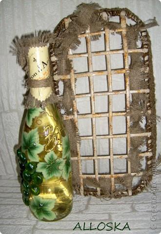 Плетенка и бутылка с декупажем в подарок. Выполнена и газетной бумаги,использованы только белые части. фото 4