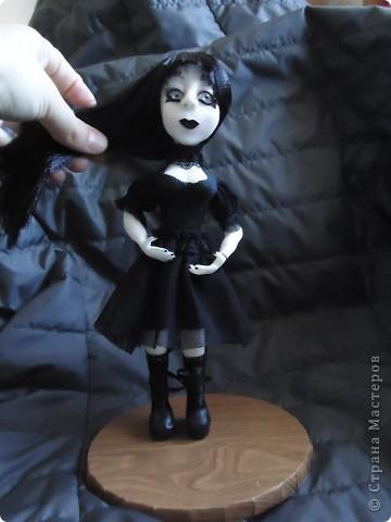 Вот такая кукла гот. В этом направлении я конечно ничего не понимаю. Делала по картинкам с интернета. Высота 20 см. Пластика Фимо для кукол. фото 6