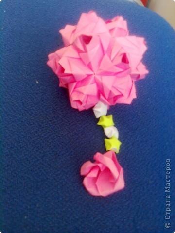 Недавно увидела в блоге у vaquilina кусудамку Star Flower и больше всего меня заинтриговало то, что мастерица разгадала модуль и собрала без схемы. Вот и я решила попробовать, вроде получилось. Только вот бумагу взяла слишком плотную, не очень аккуратненько получилось, ну ничего, над этим еще поработаю. фото 2