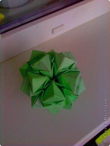 Недавно увидела в блоге у vaquilina кусудамку Star Flower и больше всего меня заинтриговало то, что мастерица разгадала модуль и собрала без схемы. Вот и я решила попробовать, вроде получилось. Только вот бумагу взяла слишком плотную, не очень аккуратненько получилось, ну ничего, над этим еще поработаю. фото 1