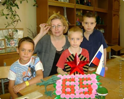 Свою композицию мы выполнили в прошлом году и посвятили ее нашим дедушкам и бабушкам, прошедшим страшные годы Великой Отечественной войны , а также тем кого уже нет с нами. Цветы выполнены из салфеток двух цветов, листья их гофрированого картона. Звезда из картона обклееного аракалом. фото 5