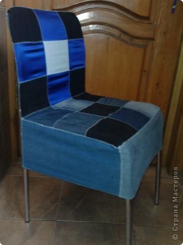 Вот такой получился чехол из кусочков джинса и синего атласа,правда мерки немного неправильно сняла и он на стуле внатяг фото 1