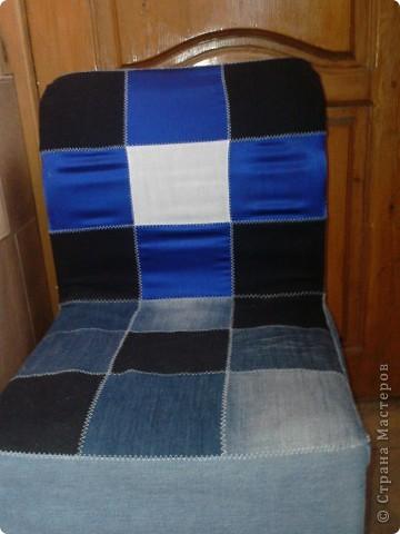 Вот такой получился чехол из кусочков джинса и синего атласа,правда мерки немного неправильно сняла и он на стуле внатяг фото 2