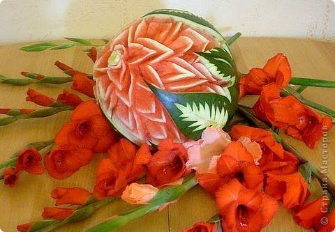 Сделала из ананаса подарок с сюрпризом: крышка открывается(мякоть удалена), а внутри подарок. фото 2