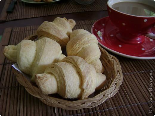 Круассаны из слоеного дрожжевого теста домашнего приготовления - всегда вкусный завтрак для ваших близких!