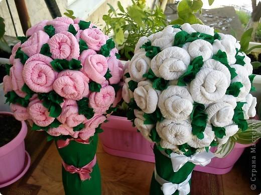 Эти  деревца из роз  сделала моя мама.  Я ей показала только один раз как делать такие розочки. И вот , у нее уже целый розовый сад!                   фото 2