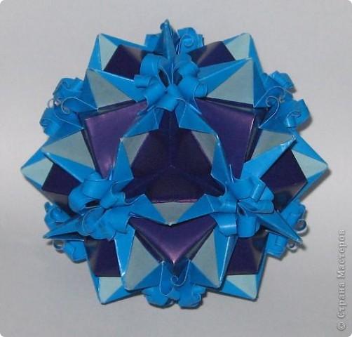Приветик! У этой кусудамы нет названия. Это составная куся.  Фиолетовые модули - взяты из кусудам Т. Высочиной Трюфельный торт, Каменный цветок.  Голубой модуль - внешне похож на модуль Геосферы М. Кавамуры, но сделан не из квадрата, а из полоски. Плюс в голубом модуле с двух сторон добавила светло-голубые вставочки. фото 2