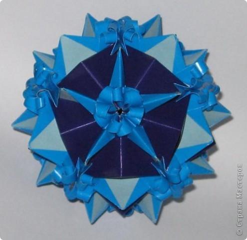 Приветик! У этой кусудамы нет названия. Это составная куся.  Фиолетовые модули - взяты из кусудам Т. Высочиной Трюфельный торт, Каменный цветок.  Голубой модуль - внешне похож на модуль Геосферы М. Кавамуры, но сделан не из квадрата, а из полоски. Плюс в голубом модуле с двух сторон добавила светло-голубые вставочки. фото 1