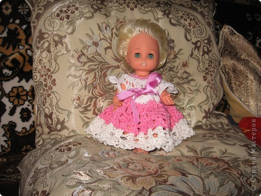 <p>Недавно связала  платье для куклы. Это уже раритет. Моя кукла, которой в этом году исполняется 31 год. Теперь с ней играет моя дочка.  Прическа не очень, так как кукла после помывки, а расчесать ее волосы у меня не хватает времени.</p> фото 2