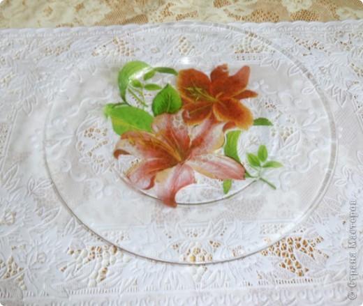 Мои любимые первые салфетки с розами.фон будет вот такой -тутовая бумага. Все тарелочки очень  нежно смотрятся на белой скатерти. Применение требует хорошего настроения.Оранжевые лилии  фото 4