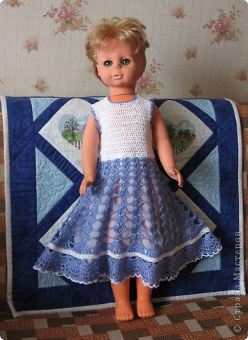 <p>Недавно связала  платье для куклы. Это уже раритет. Моя кукла, которой в этом году исполняется 31 год. Теперь с ней играет моя дочка.  Прическа не очень, так как кукла после помывки, а расчесать ее волосы у меня не хватает времени.</p> фото 1