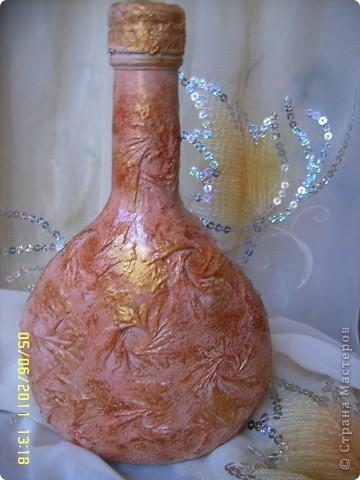 Сделалась вот такая бутылочка, но по скольку она из тёмного стекла с обратным декупажем не заморачивалась! но мне кажется чего то всё таки не хватает! может посоветуете что нибудь? фото 3